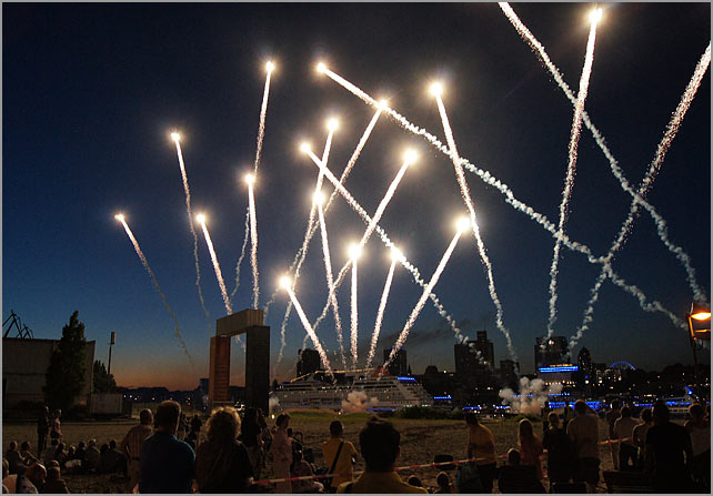 Feuerwerk Bei Den Cruise Days Fotos Hamburger Innenansichten