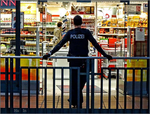 drogerie_mit_polizeischutz