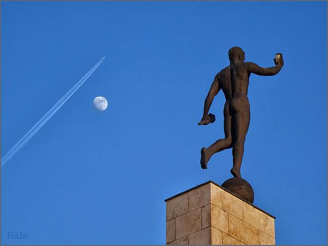 mond-flug-statue